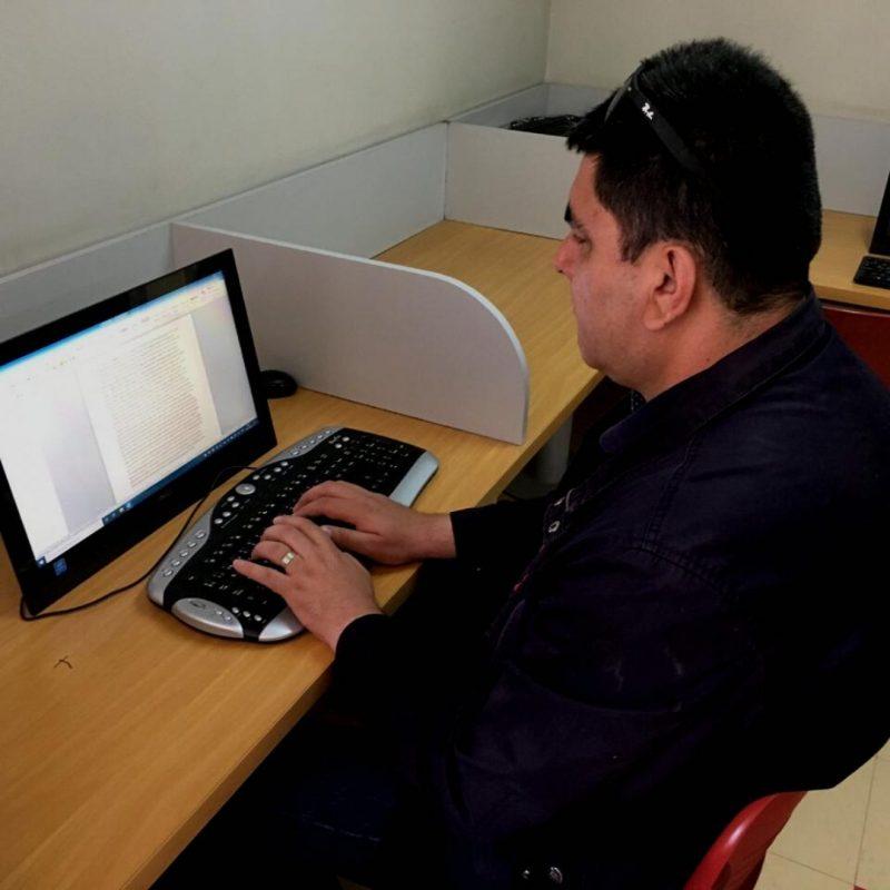 Usuario del Programa de Rehabilitación frente a un computador.